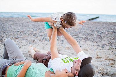 Familienausflug an den Strand - p796m1207466 von Andrea Gottowik