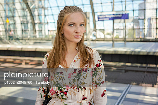 Young woman at a train station waiting for a train - p1332m2045760 by Tamboly
