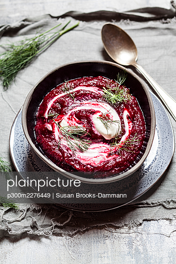 Bowl of traditional borscht with sour cream and dill - p300m2276449 by Susan Brooks-Dammann