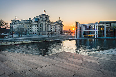 Germany, Berlin, view to Reichstag and Paul Loebe House at sunset - p300m1568124 von Kerstin Bittner