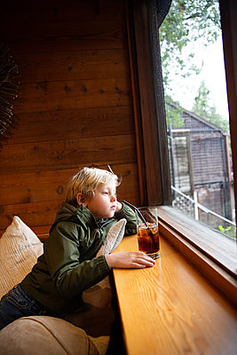 Blonde boy looking out of window - p756m2157810 by Bénédicte Lassalle