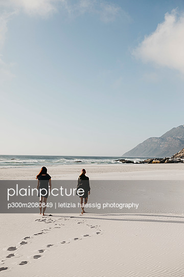 South Africa, Western Cape, Noordhoek Beach, two young women strolling on the beach - p300m2080849 by letizia haessig photography