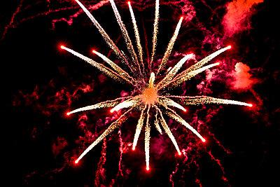 Directly below shot of fireworks against the dark sky - p1025m788483f by Mujo Korach