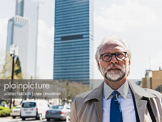 Portait of mature businessman in the city - p300m1587439 von Uwe Umstätter