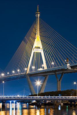 Bhumibol-Brücke in der Nacht - p1032m1220663 von Fuercho
