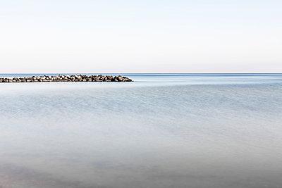 Ruhige Ostsee mit Mole - p248m1025412 von BY