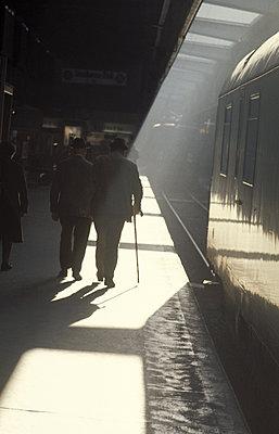 Idylle am Bahnsteig - p277m2064709 von Dieter Reichelt