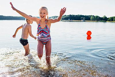 Children having fun at lakeshore - p300m1499479 by Jana Mänz