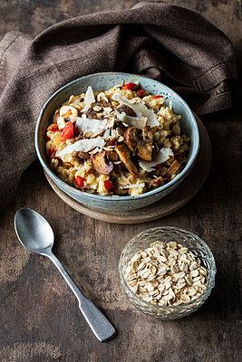 Bowl of porridge with bell pepper, champignon and parmesan - p300m2012503 by Eva Gruendemann