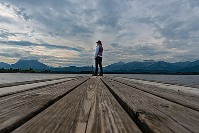 Germany, Bavaria, Allgaeu, Lake Hopfensee, woman standing on jetty - p300m2030535 by Walter G. Allgöwer