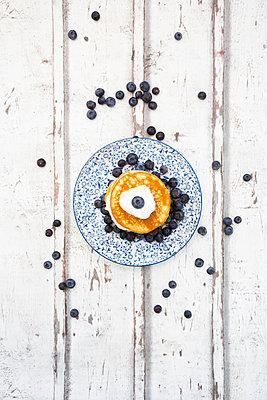 Pancakes with blueberries and greek yogurt, with almond flour, ketogenic diet - p300m2083730 by Larissa Veronesi