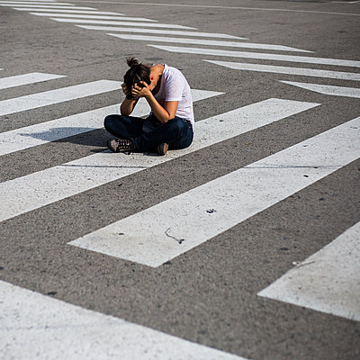 A woman thinking, sitting on the ground - p940m1110713 by Bénédite Topuz
