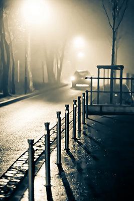 Auto im Nebel - p979m1513293 von Martin Kosa