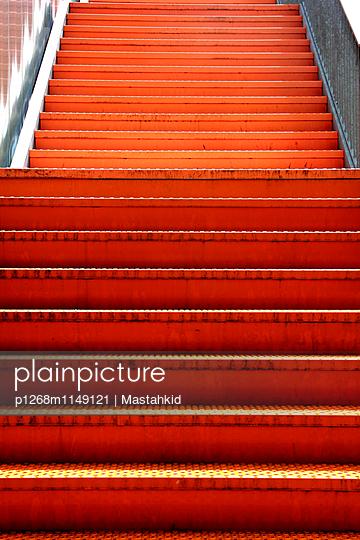 Orangene Treppe - p1268m1149121 von Mastahkid