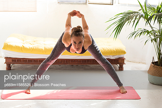 plainpicture - plainpicture p669m1585526 - Woman Practicing Yoga, Wide... - plainpicture/Ableimages/Blossom Peaches
