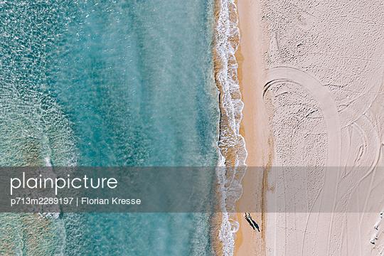 Spaziergang am Strand, Zakynthos, Luftbild - p713m2289197 von Florian Kresse
