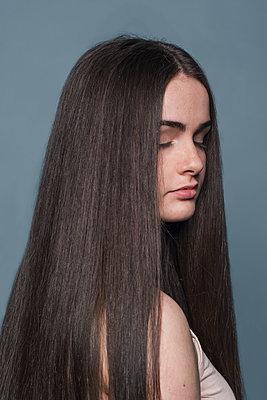 Portrait of a young woman - p1323m1548036 von Sarah Toure