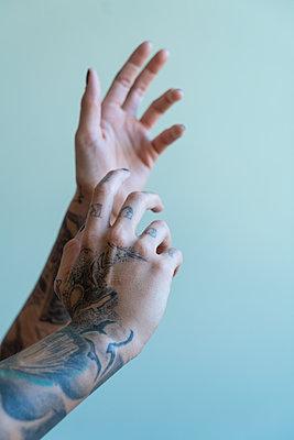 Tattooed woman - p427m2082052 by Ralf Mohr