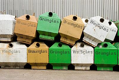 Glascontainer - p4510352 von Anja Weber-Decker