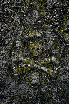 Grave with skull - p470m2108834 by Ingrid Michel