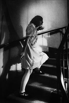Junge Frau auf der Treppe - p567m1200849 von Gabrielle Duplantier