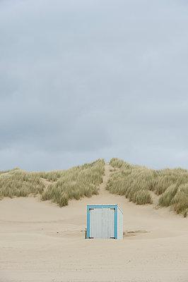 Cabin on the beach - p949m929341 by Frauke Schumann