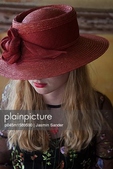 Frau mit rotem Hut - p045m1589590 von Jasmin Sander