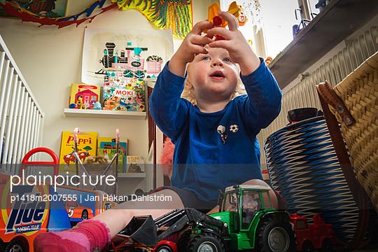 Kleiner Junge spielt mit Spielsachen - p1418m2007555 von Jan Håkan Dahlström