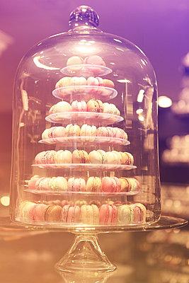 Macarons unter Glasglocke - p045m1044762 von Jasmin Sander