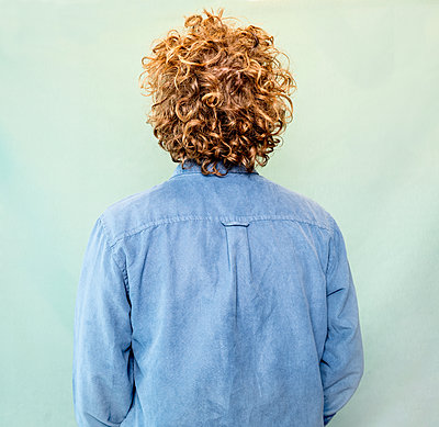 Rear view, Man with curly hair - p1508m2099887 by Mona Alikhah
