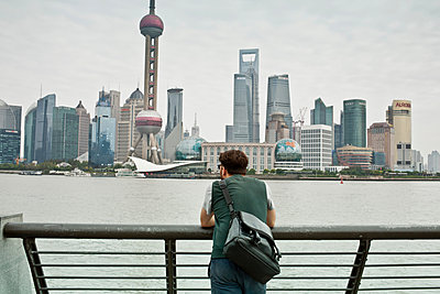 Man overlooking city skyline - p429m1450720 by Lilly Bloom