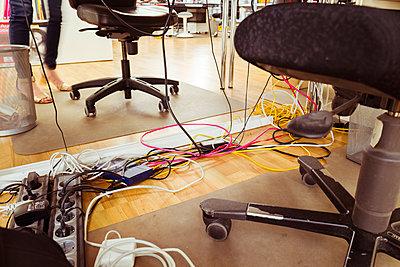 Kabelsalat unter Schreibtisch - p432m1586845 von mia takahara