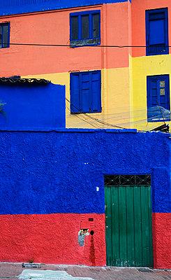 Colourful house in La Candelaria; Bogota, Colombia - p644m728981 by Teresa Arévalo de Zavala