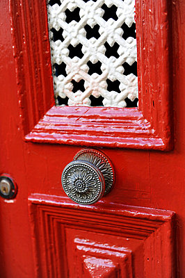Rote Tür - p949m658733 von Frauke Schumann
