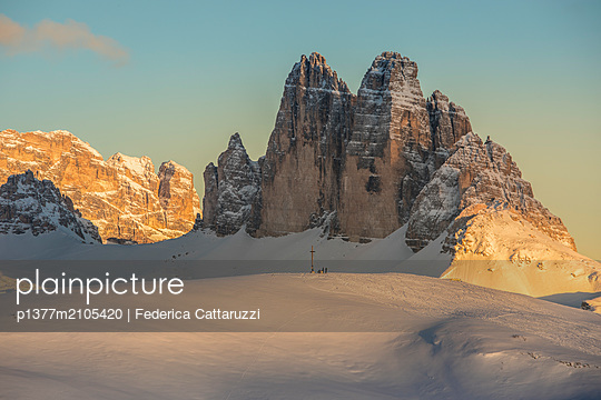 Italy, Trentino-Alto Adige, Bolzano district, Alto Adige, Südtirol, Alps, Dolomites, Pusteria Valley, The summit cross of the Specie Mount and the Tre Cime di Lavaredo on background at sunset, Prato Piazza, Braies - p1377m2105420 by Federica Cattaruzzi
