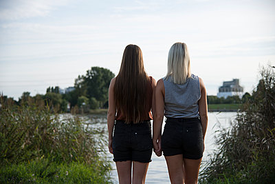 Lesbian couple - p1066m1066312 by Ulrike Schacht