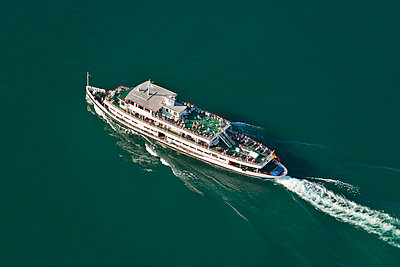 Germany, Baden-Wuerttemberg, Lake Constance, aerial view of tourboat - p300m973545 by Holger Spiering