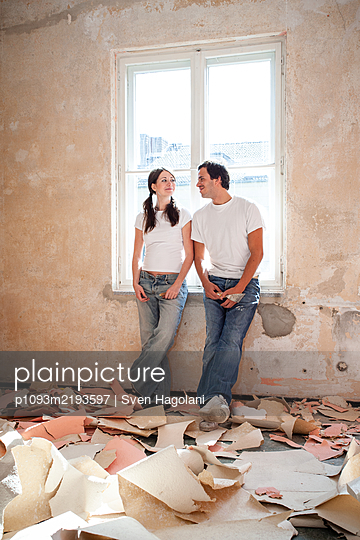 Young couple renovates a flat - p1093m2193597 by Sven Hagolani