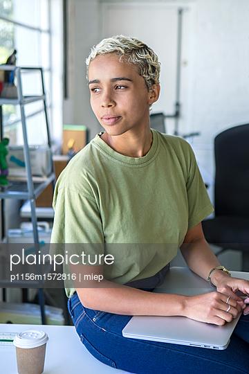 Frau mit Laptop - p1156m1572816 von miep