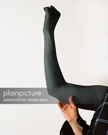 Geballte Faust - p453m2165760 von Mylène Blanc