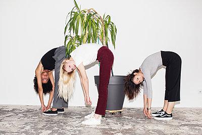 Drei junge Frauen stehen nebenainder - p1301m2020957 von Delia Baum