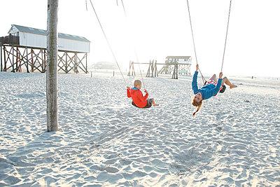 Spielplatz am Meer - p249m1128671 von Ute Mans