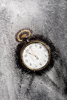 Fünf vor zwölf - Taschenuhr im Eis - p451m1207557 von Anja Weber-Decker