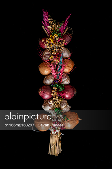 historical tie of onions and garlic with flowers and colorful grass to - p1166m2169297 by Cavan Images