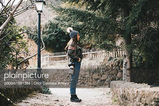 Young photographer outdoors - p300m1581384 von Oriol Castelló Arroyo
