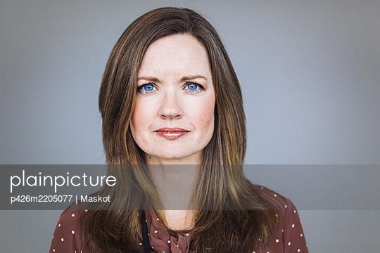 Portrait of female entrepreneur standing in office - p426m2205077 by Maskot