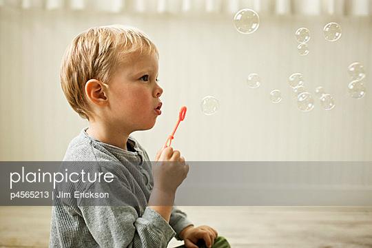 Little boy blowing bubbles - p4565213 by Jim Erickson