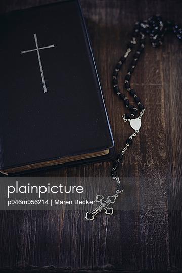 Bibel und Rosenkranz - p946m956214 von Maren Becker