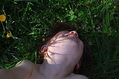Kind liegt im Gras und lacht - p1308m1136821 von felice douglas