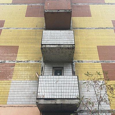 Heruntergekommene Fassade, Hochhaus, Kiew - p1401m2184451 von Jens Goldbeck